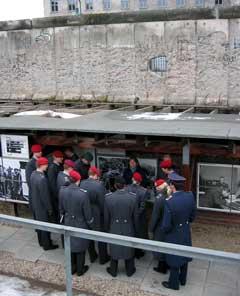 militairen bij een restant Berlijnse Muur in de Niederkirchnerstrasse