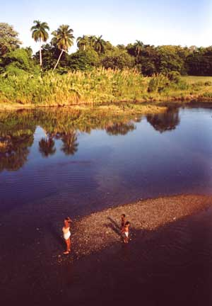 spelende kinderen in de rivier