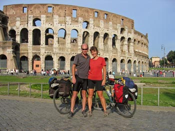 met de fiets bij het Colosseum in Rome