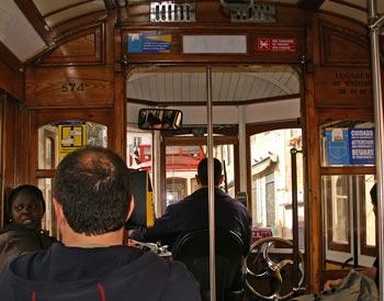 Interieur einer Straßenbahn in Lissabon