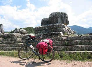 fietsen tussen de ruines in Sardes