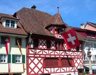Haus mit der Schweizer Nationalflagge